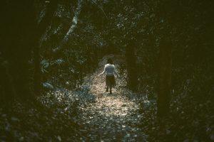 森の中を歩く女性1